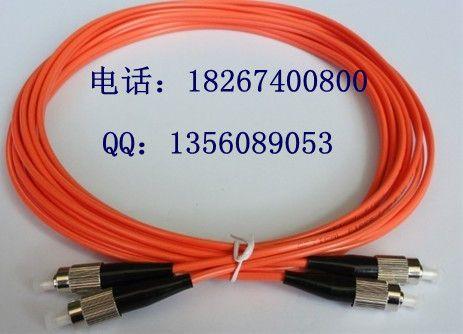 光纤跳线按传输媒介的不同可分为常见的硅基光纤的单模、多模跳线,还有其它如以塑胶等为传输媒介的光纤跳线;按连接头结构形式可分为:FC跳线、SC跳线、ST跳线、LC跳线、MTRJ跳线、MPO跳线、MU跳线、SMA跳线、FDDI跳线、E2000跳线、DIN4跳线、D4跳线等等各种形式。比较常见的光纤跳线也可以分为FC-FC、FC-SC、FC-LC、FC-ST、SC-SC、SC-ST等。 单模光纤(Single-mode Fiber):一般光纤跳线用黄色表示,接头和保护套为蓝色;传输距离较长。   多模光纤(