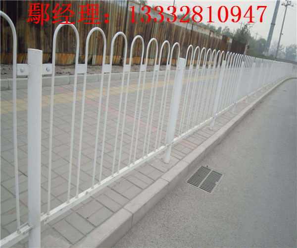 惠州道路隔离栏热销 东莞椭圆管护栏现货 佛山蓝白隔离栏